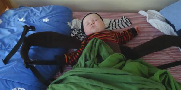 Bebis som somnat i bärselen.