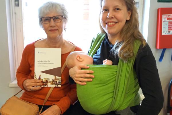Socialstyrelsens sovråd för bebisar. Socialstyrelsens utredare Kerstin Nordstrand med Lisen Forsberg och bebis.