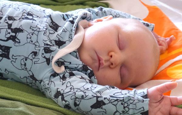 personligt om samsovning. Bebis sover, närbild.