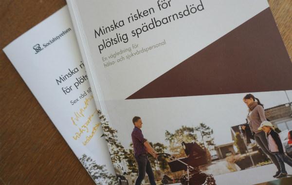 Socialstyrelsens sovråd för bebisar. Två broschyrer på ett bord.