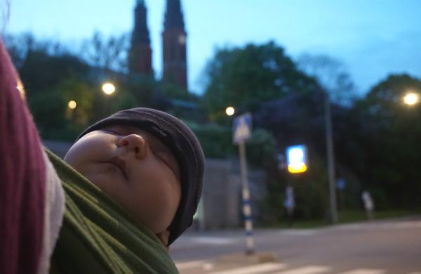 Sjal och bebis i skymningen.