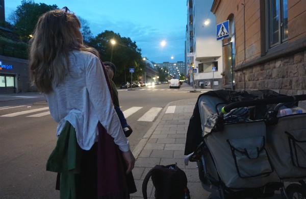 Checklista till bebis. Barnvagn i skymningen på gata.