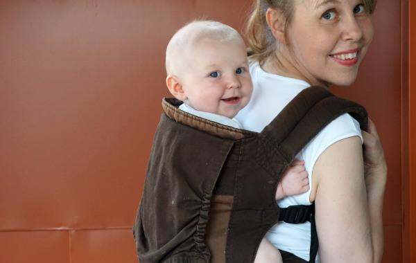 Det är roligt att bära barn på ryggen!