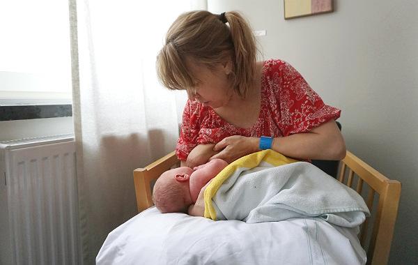 Amning av nyfödd. Hm, hur var det nu man gjorde..?