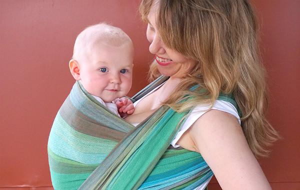 Tips om hur du ammar i bärsele och bärsjal. Glad bebis i bärsjal, utomhus.