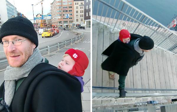 Bära barn på ryggen. Pappa bär bebis på ryggen, har en svart cape över. Två bilder, utomhus, höst/vinter.
