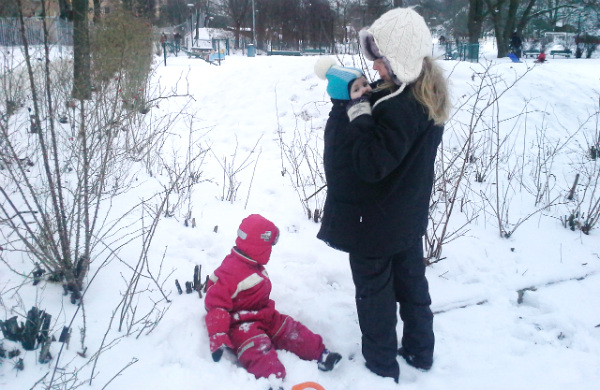 babybaby.se_winter_babywearing_nursing6