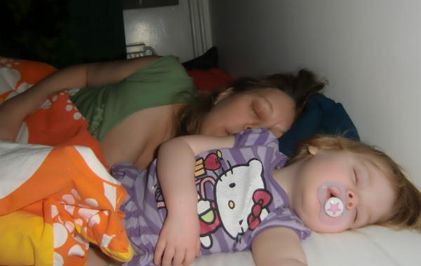 Tips till blivande förälder. Ettåring och amma sover tillsammans i säng.