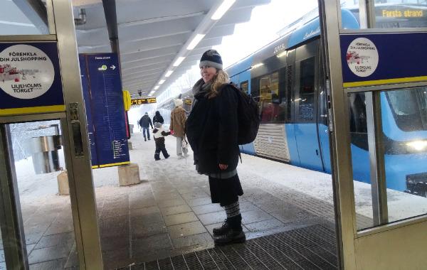 Tandeamning. Gravid kvinna vintertid, på tunnelbanestation.