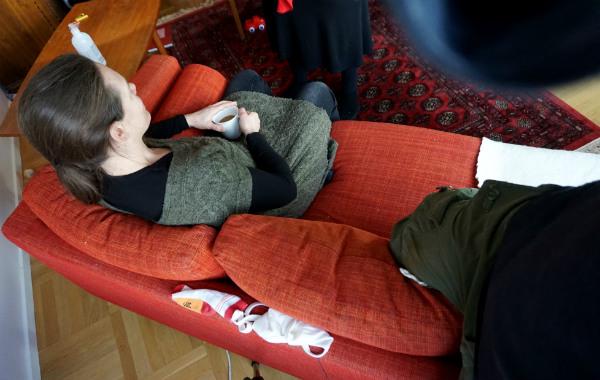 Amningsdagbok del två. Kvinna i soffa, ovanifrån.