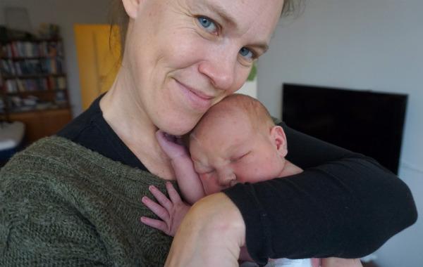 Amningsdagbok del två. Hjälpmammans Susanne Gräslund kramar nyfödd bebis.