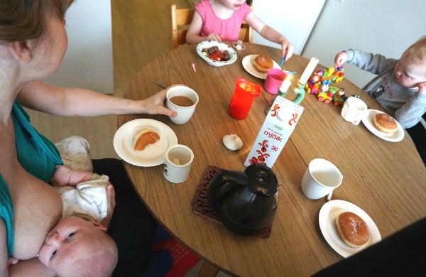 2-års-frukost för storebror.