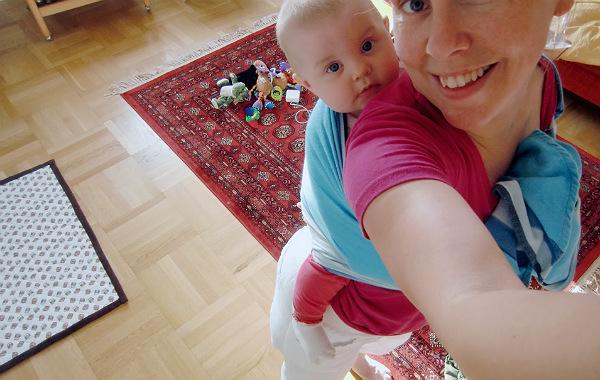 Bära barn på ryggen, barn i bärjsal på mammas rygg.