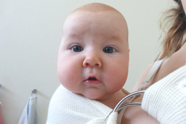 Bebis i ringsjal vid kvällsoro.