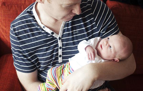 Det hade jag velat veta om amning. Pappa håller i bebis, ler.