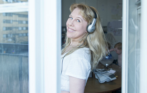 Lisen Forsberg innanför öppet fönster.