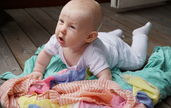 Amma max 15 minuter per bröst. Bebis på mage på altan.