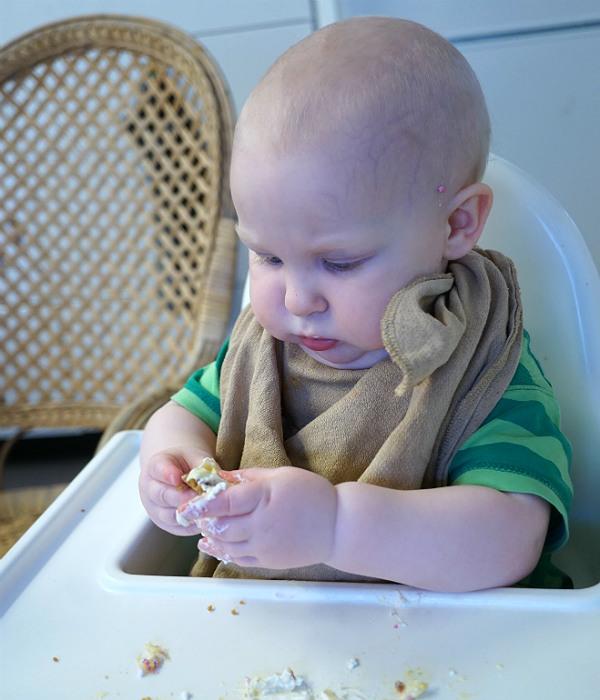 Matintroduktion, BLW. Bebis fingrar med mat.